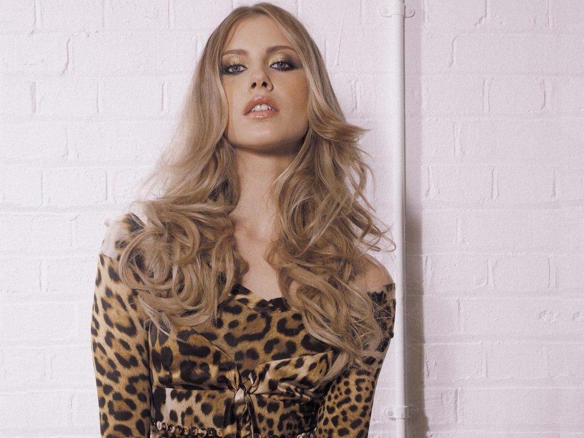 Lange Offene Locken Und Bewegte Stufen In Mittlerem Blond