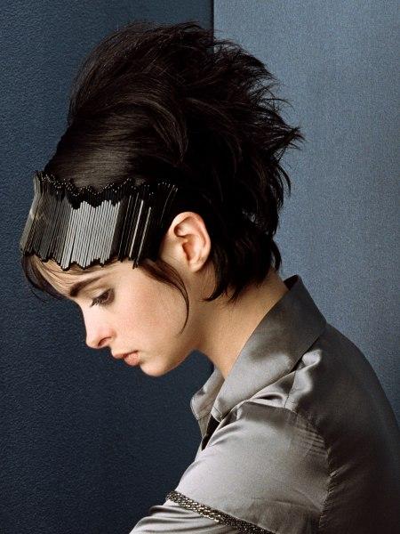 Kurze Toupierte Frisur Mit Kopfband Im Stil Der 60er Jahre Und
