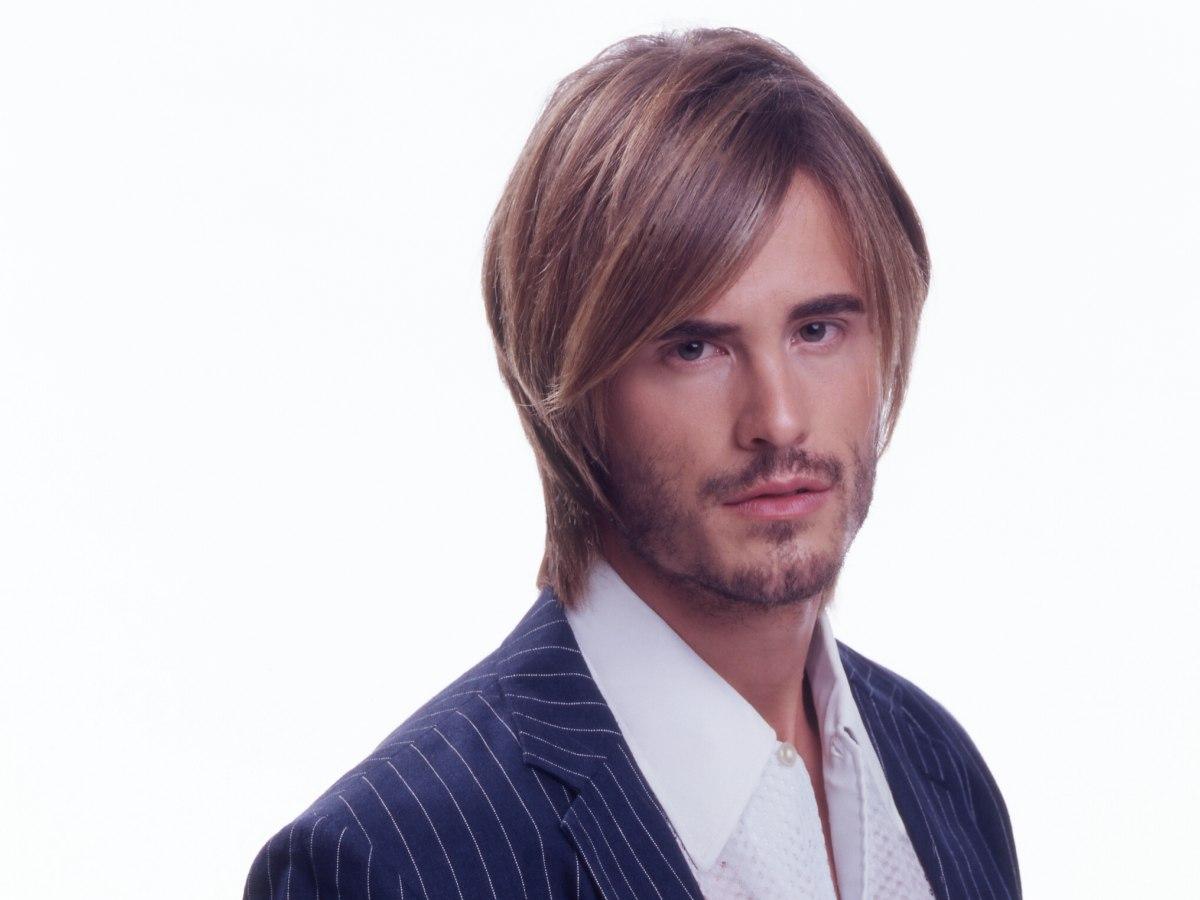 Glatte Frisur Für Den Modebewussten Mann Mit Langen Stufen Und