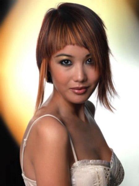 Blickfang Assymetrische Frisur Mit Langer Strahne Und Farbeffekten