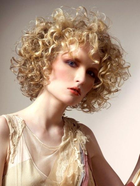 Ob naturlocken oder dauerwellen dieser gestufte bob als lockenkranz schmeichelt jeder frau - Frisuren bei naturlocken ...