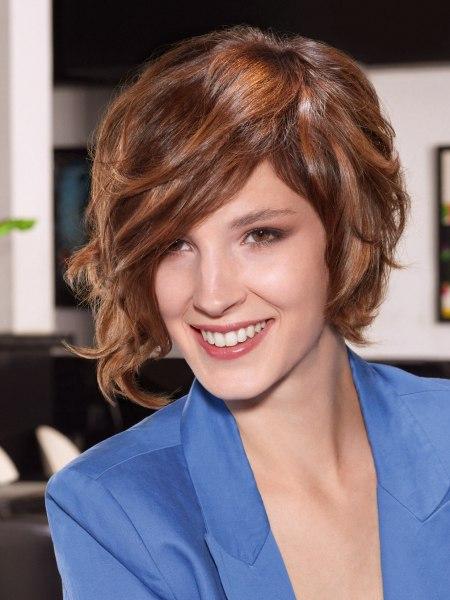 Kurze Frisur Mit Angeschnittenem Hinterkopf Und Entblöstem Nacken