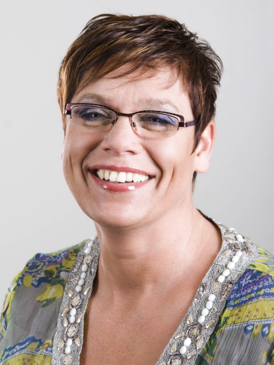 Kurze Und Pfiffige Frisur Für ältere Frauen Mit Rasiergeschnittenen