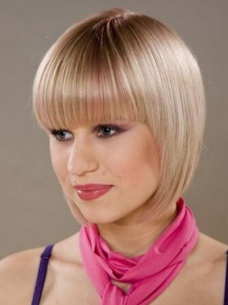 Perfekt Geschnittene Frisur In Blond Mit Akzenten In Pink