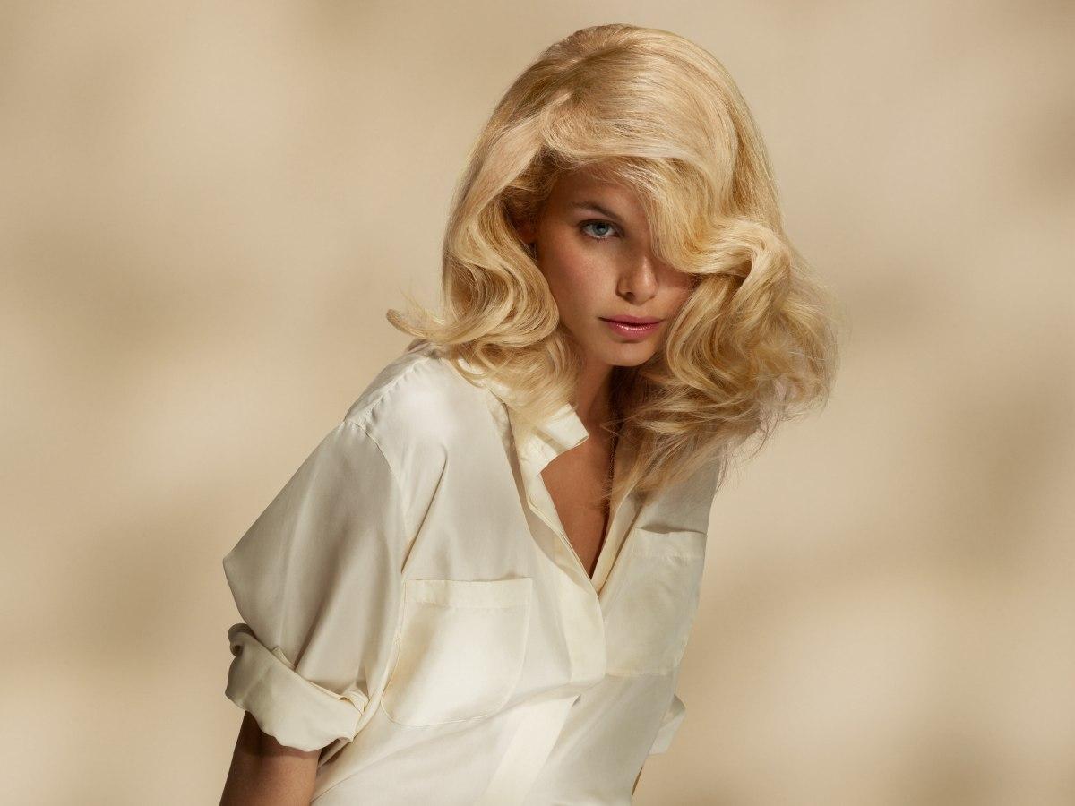 Langes Blondes Haar Und Eine Sportliche Seidenbluse Mit Offenem Kragen