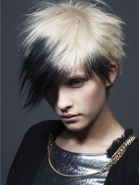 Kurze Punkfrisur Mit Stacheln Und Einem Kontrast In