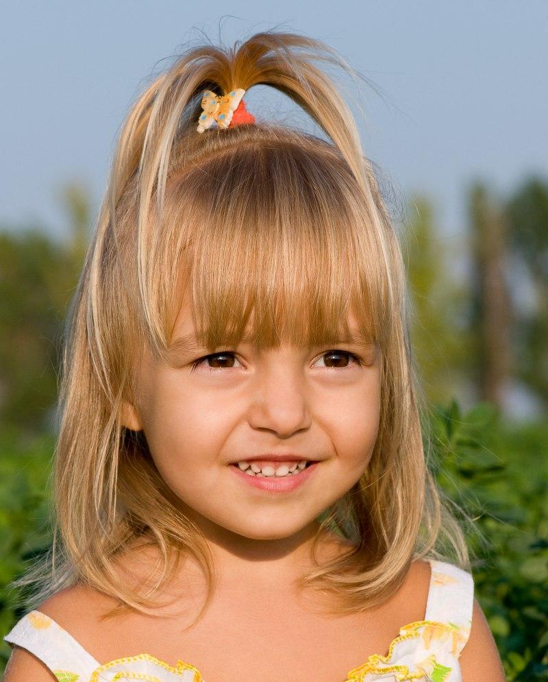 Kleines Mädchen mit ihrem Haar zu einem Springbrunnen frisiert