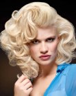 Blonde retro Frisur mit Locken